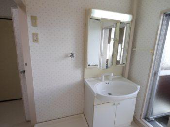 大山崎町の中古円団マンションリノベーション。お風呂場の前にある洗面室。洗濯機置き場もあります。