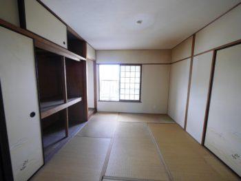 大山崎町の中古円団マンションリノベーション。6畳の和室です。天井まである大きな押入れと小さな床の間があります。