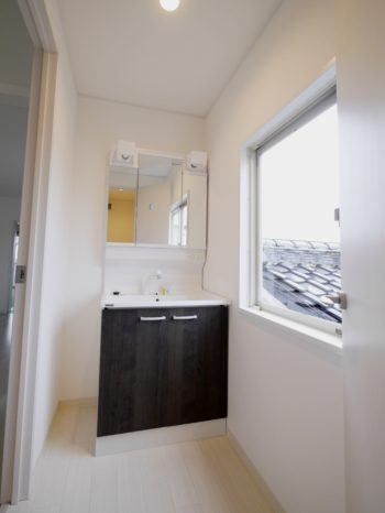 長岡京市の二世帯住宅リフォーム。新しい洗面化粧台です。クリナップBGA、扉の色はチャコールウッド。深く濃い茶色です。