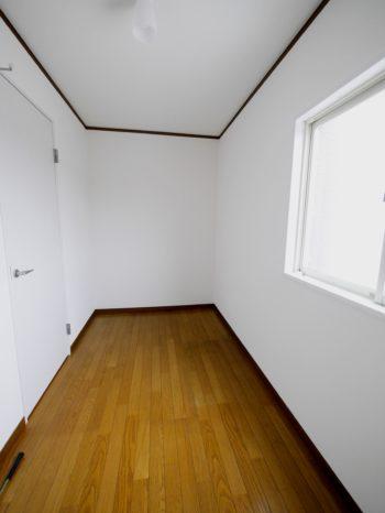 長岡京市の二世帯住宅リフォーム。納戸だった部屋です。床はそのままで、天井とクロスを張り替えました。