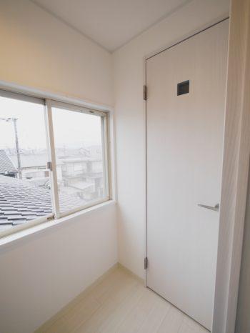 長岡京市の二世帯住宅リフォーム。白いトイレのドアです。明かり取りが1つ付いています。
