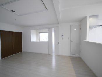 長岡京市の二世帯住宅リフォーム。リフォーム後です。左手に焦げ茶色の引き戸は和室の入口です。右端の白いドアは洗面室とトイレへ。