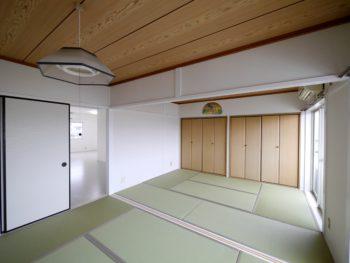 長岡京市の二世帯住宅リフォーム。6畳が2間続いた和室です。クローゼットと天井はそのままで、畳と壁を