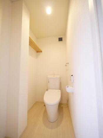 長岡京市の二世帯住宅リフォーム。リフォーム後のトイレです。白い壁に淡の木目調のクッションフロアーを敷きました。