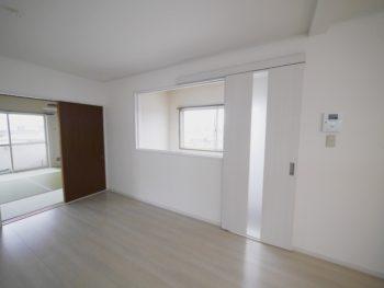 長岡京市の二世帯住宅リフォーム。リフォーム後です。階段上に大きなFIX窓と引き戸を付けて、Y様世帯への入口をしっかり作りました。