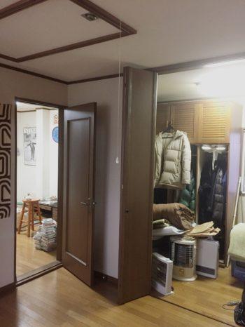 長岡京市の二世帯住宅リフォーム。左手に洋室のドアがあります。洋室は2間あります。
