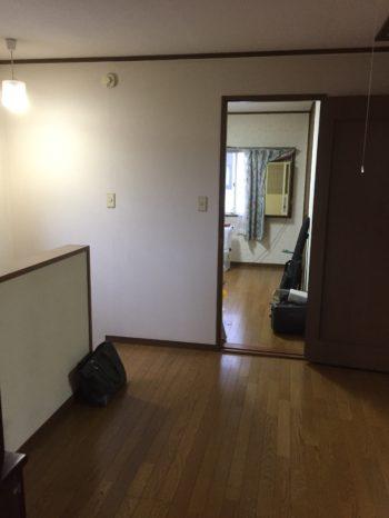 長岡京市の二世帯住宅リフォーム。左に階段があり、上って来たところです。広い踊り場があります。