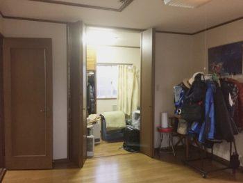 長岡京市の二世帯住宅リフォーム。4畳半の横長の洋室を納戸として使われています。