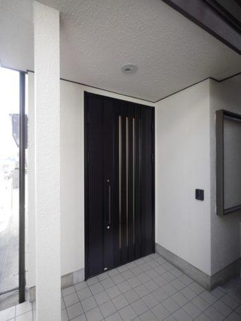 大山崎町で実家リノベーション。玄関ドアとエントランスです。外壁塗装もしました。