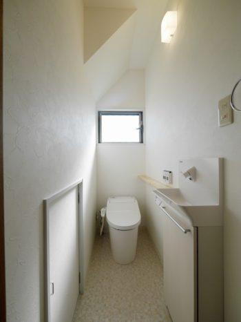 大山崎町で実家のリノベーション。リフォーム後のトイレです。トイレ室の奥行きを広げました。