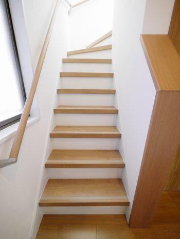 大山崎町で実家のリノベーション。リフォーム後の階段です。一段一段のステッフの奥行きを広げたので、登りやすく安全です。