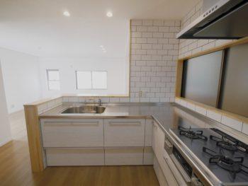 大山崎町で実家のリノベーション。リフォーム後のキッチンの壁は、白いタイル貼りです。