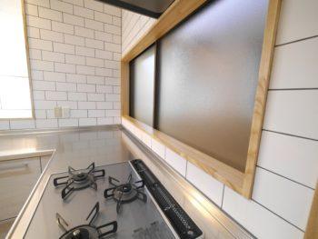 大山崎町で実家のリノベーション。ガスコンロの上の窓枠は薄い色の木です。キッチンの雰囲気に合わせました。