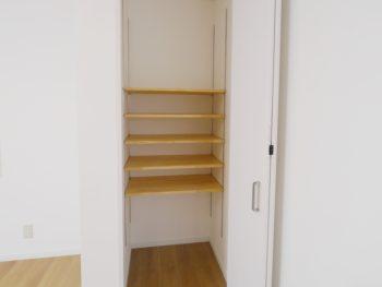 大山崎町で実家のリノベーション。リビングに作った収納スペース。中には可動棚を付けたので好きな高さに動かせます。