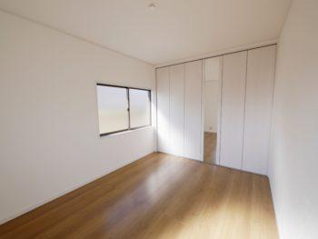 大山崎町で実家のリノベーション。2階の洋室です。白いクローゼットに明るいブラウンのフローリング。