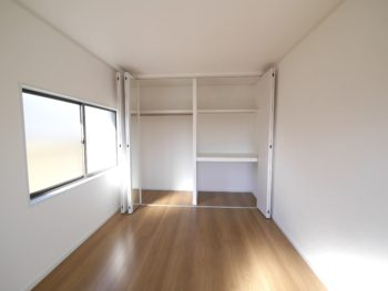 大山崎町で実家のリノベーション。2階の洋室のクローゼットの扉を開けています。