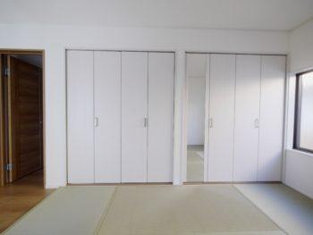 大山崎町で実家のリノベーション。2階の1室。白いクローゼットに畳敷きです。