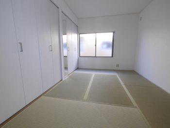 大山崎町で実家のリノベーション。リフォーム後の白いクローゼットに畳敷きの2階の部屋。