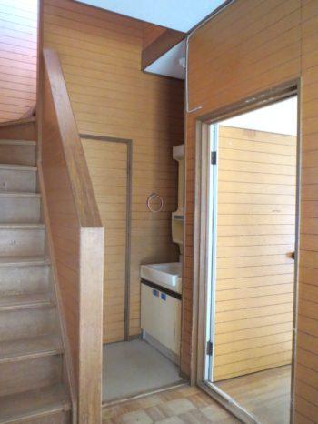 大山崎町で実家のリノベーション。リフォーム前の階段とその横の洗面室。