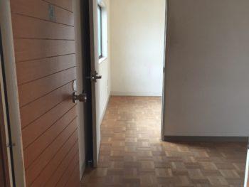 大山崎町で実家のリノベーション。2階の洋室。奥にも洋室があります。