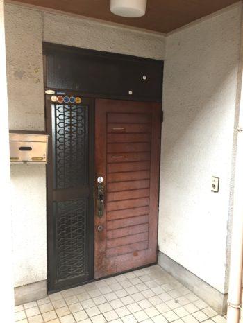 大山崎町で実家のリノベーション。リフォーム前の玄関前。
