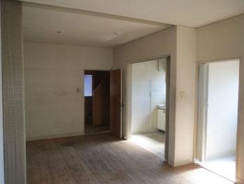大山崎町で実家のリノベーション。玄関から1階の室内に入ったところ。床は全てフローリング。
