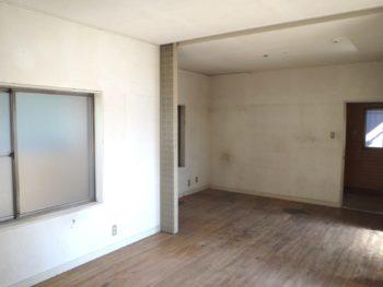 大山崎町で実家のリノベーション。リフォーム前の1階室内。床貼りの洋室です。
