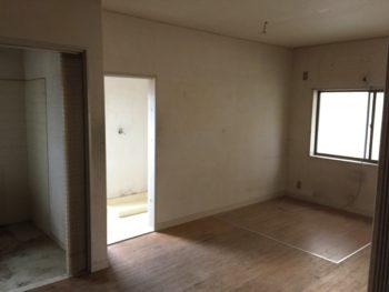 大山崎町で実家のリノベーション。リフォーム前の1階。洗面室への入口が見えています。