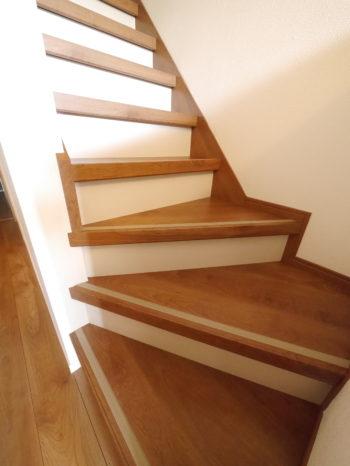 向日市の中古住宅リノベーション。リフォーム後の階段です。元の階段の上から貼る事が出来る、リフォーム階段を使っています。