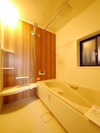 向日市の中古住宅リノベーション。リフォーム後のお風呂場。木目調のアクセントパネルが落ち着くLIXILシステムバスルーム アライズ。お湯が冷めにくいダブル保温構造のサーモバスSです。お掃除もラクラ簡単になります。