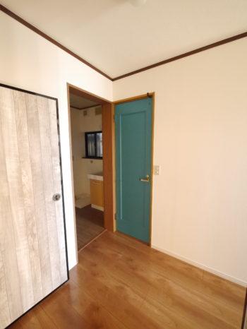 向日市の中古住宅リノベーション。リフォーム後の1階トイレのドアです。ターコイズブルーのようなキレイな色は奥様のDIYです。2階のトイレもブルーのドアにされました。