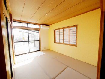 向日市の中古住宅リノベーション。リフォーム後の、道路に近い側の1階の和室です。暗くなりがちな1階ですが、淡い黄色イエローの壁がお部屋を明るく見せています。