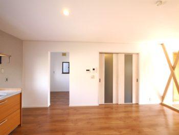 向日市の中古住宅リノベーション。リフォーム後のリビングダイニング。廊下へのドアは引き戸に。