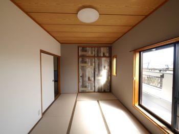 向日市の中古住宅リノベーション。リフォーム後の3階和室。襖は、本物の木を貼り合わせたように見えるクロスが張られています。