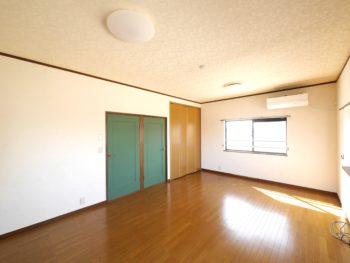 向日市の中古住宅リノベーション。リフォーム後の3階子ども部屋。グリーンのドアと並んで明るい茶色のクローゼットがあります。このクローゼットは元々あったもの。