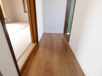 向日市の中古住宅リノベーション。リフォーム後の3階の廊下です。左右に和室と洋室があります。