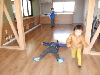 向日市の中古住宅リノベーション。リフォーム後のダイニングキッチンで走り回る楽しそうな子ども達です。