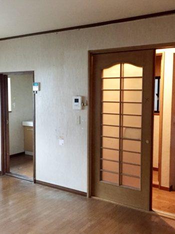 向日市の3階建て中古住宅リノベーション。リフォーム前の2階のLDKです。奥に洗面室とトイレがあります。