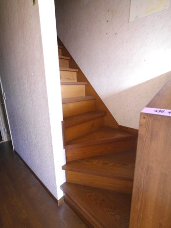 向日市の3階建て中古住宅リノベーション。リフォーム前です。玄関を入るとすぐに階段があります。