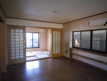 向日市の3階建て中古住宅リノベーション。リフォーム前の2階LDKの奥には6畳の洋室があります。