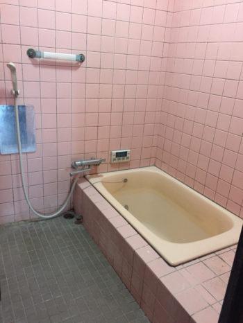 向日市の3階建て中古住宅リノベーション。リフォーム前の総タイル貼りの浴室。壁はピンクのタイル、床はグレーのタイル貼りです。