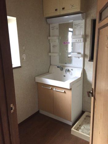 向日市の3階建て中古住宅リノベーション。リフォーム前の2階の洗面室。