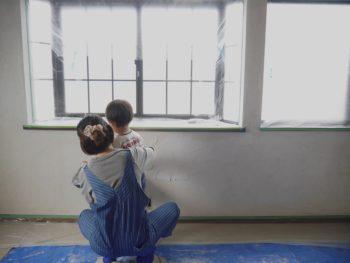 壁に、お母さんと小さい息子さん二人で漆喰を塗っているところです。お母さんに後ろから手を取って教えてもらいながら一生懸命塗っている男の子。