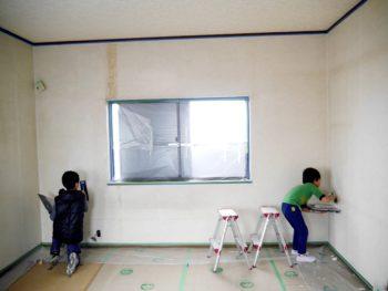 3兄弟の内、上のお兄ちゃん二人で壁に漆喰を塗っています。