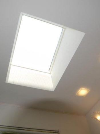 西京区のキッチン増築リフォーム。天窓から入る自然光がとても明るいキッチン。