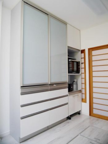 西京区のキッチン増築リフォーム。キッチンに新しい食器棚を。ヤマハ カップボード ベリー。