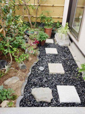 西京区のキッチン増築リフォーム。増築後の裏庭。少し狭くなりましたが、黒い玉砂利を引きました。癒しの空間です。