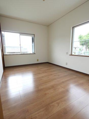 長岡京市の中古住宅丸ごとリフォーム。リフォーム後の2階の洋室。新しく白のクロスに張替え、床はツヤのある明るいフローリングに張り替えました。