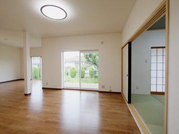 長岡京市の中古住宅丸ごとリフォーム。リフォーム後の広いフローリングのLDKです。