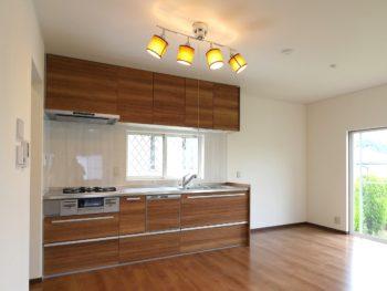 長岡京市の中古住宅丸ごとリフォーム。リフォーム後のキッチン。明るいブラウンの木目調のキッチンです。クリナップのラクエラを設置しました。